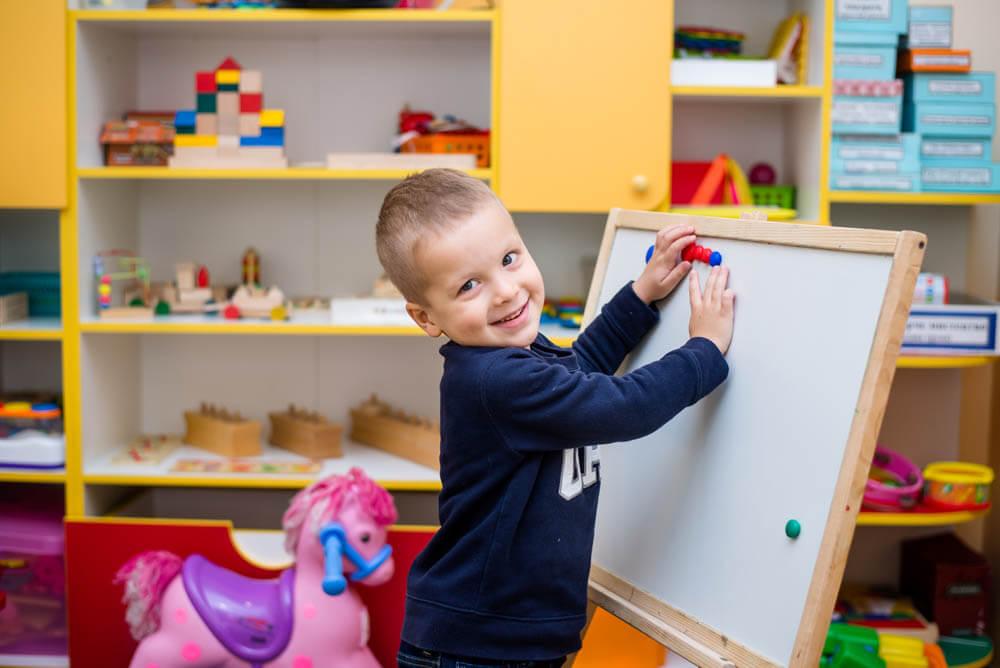 Фото мальчика играющего с магнитами в детском саду БИМ БОМ