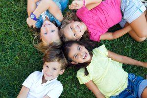 Фото детей лежащих на траве