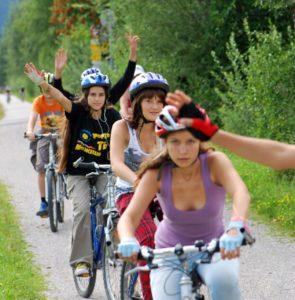Фото группы детей на велосипедах