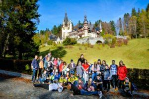 Фото детей на фоне замка в Румынии