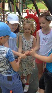 Дети из лагеря БИГ БЕН играют на детской площадке на е
