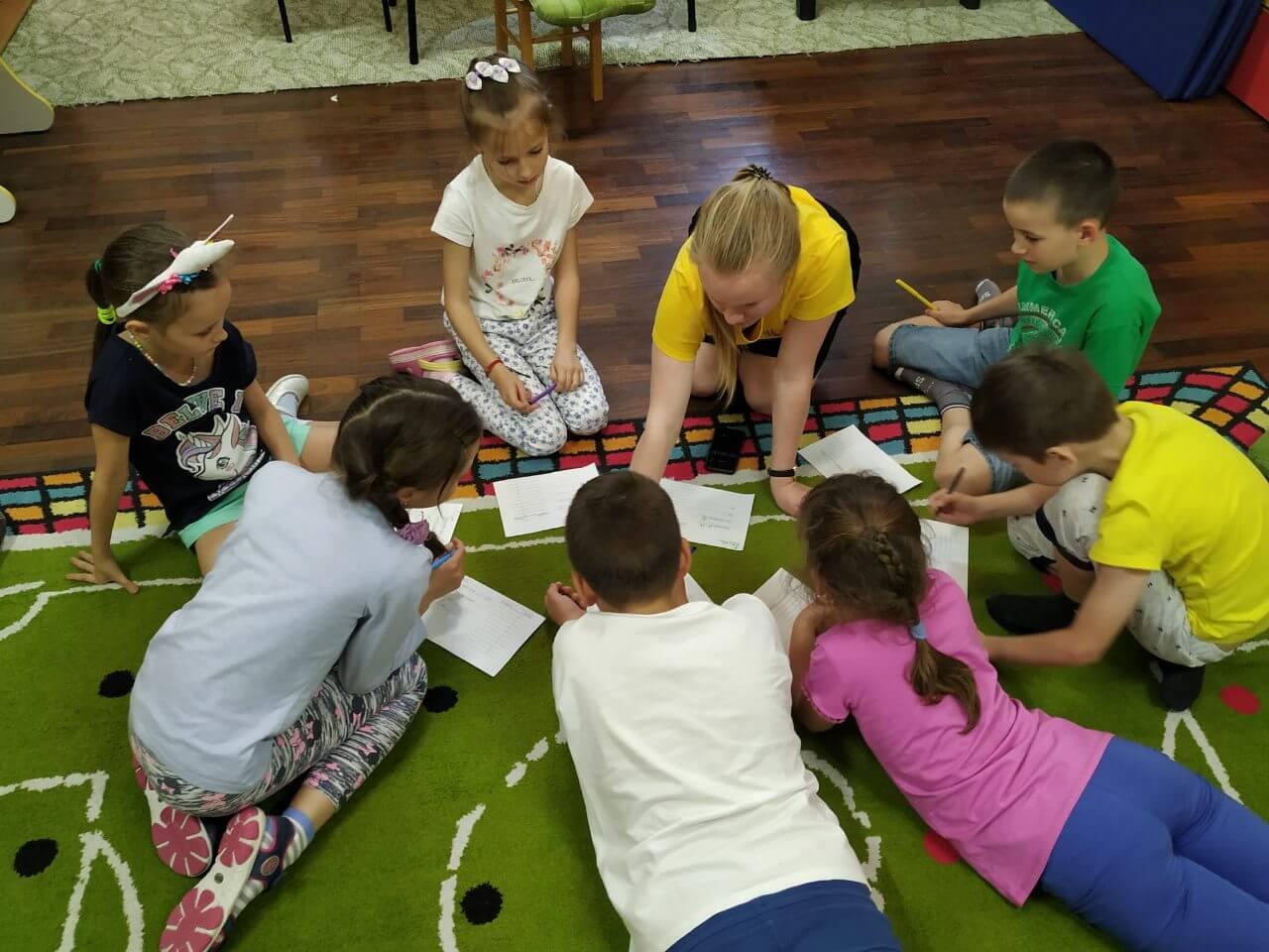Фото дети играют в познавательную иру в лагере БИГ БЕН